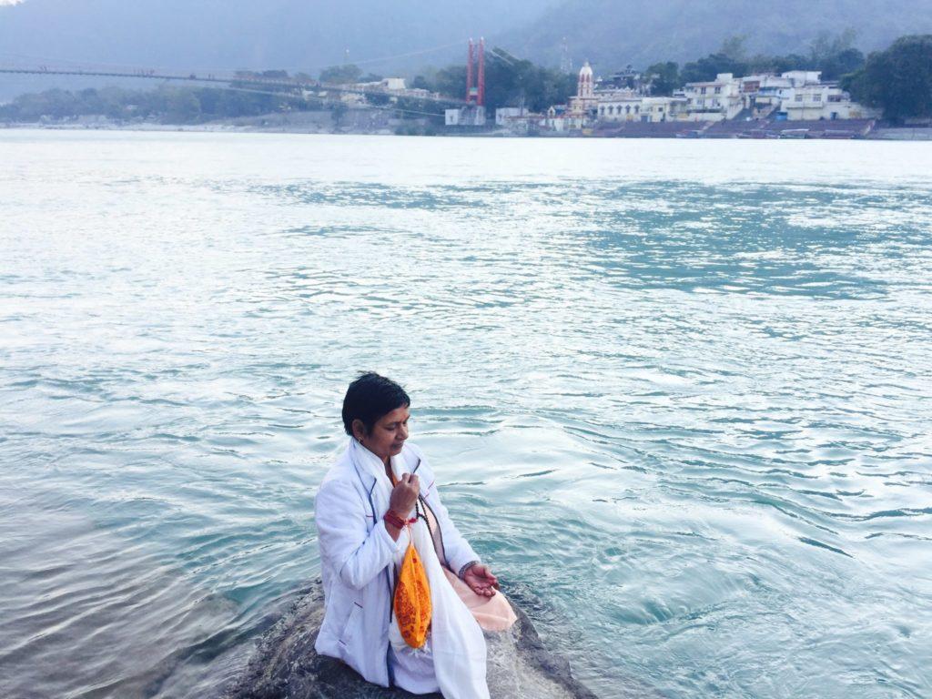 meditación en el río Ganges en Rishikesh