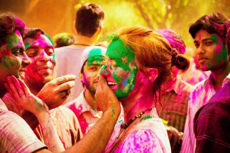 amigos celebrando el festival del holi en India