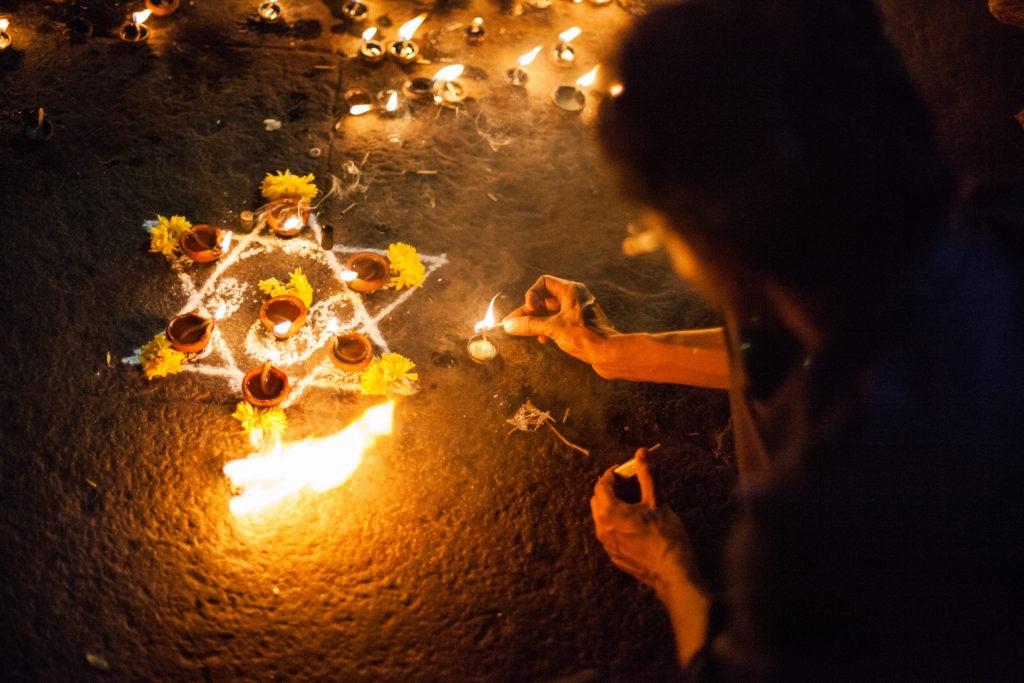 encendiendo velas durante el diwali en la India